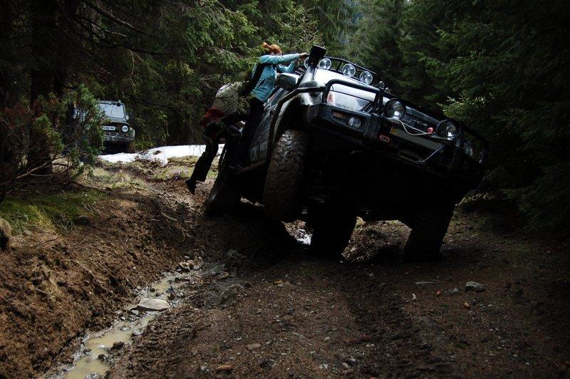 Позашляховик в горах - як вибратися з болотно-снігової пастки